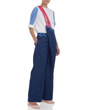 Pantaloni largi cu bretele pe un umar